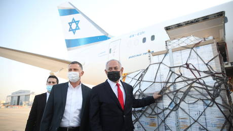 FILE PHOTO: Israel Prime Minister Benjamin Netanyahu and Health Minister Yuli Edelstein attend the arrival of a plane with a shipment of Pfizer-BioNTech vaccines © Reuters / Motti Millrod