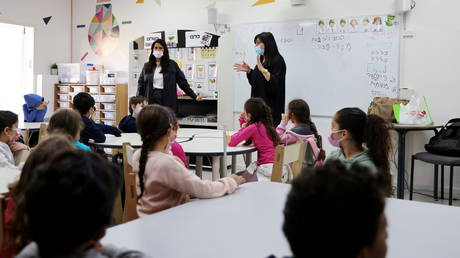 Classes at an Israeli school during the Covid-19 pandemic. © Reuters / Ronen Zvulun