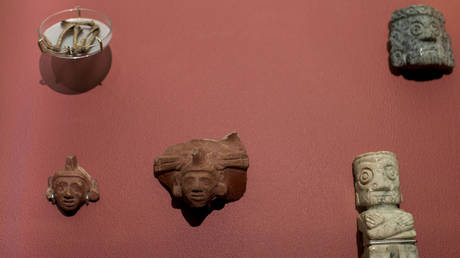 FILE PHOTO. An image of the Aztec god Xochipilli, center, is part of a display of items used as offerings to the god, at the Templo Mayor museum in Mexico City, Friday, Aug. 7, 2015. © AP / Rebecca Blackwell