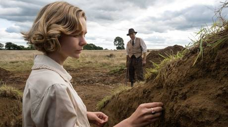 Ralph Fiennes and Carey Mulligan in The Dig (2021) © IMDB