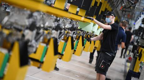 Workers at the Daimler Powertrain plant in Bad Cannstatt,  Stuttgart, Germany, April 22, 2020. © Reuters / Andreas Gebert