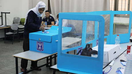 An Arab-Israeli man casts his ballot as he votes in Israel's general election. © Reuters / Ammar Awad