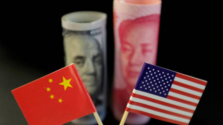 US and Chinese flags (FILE PHOTO) © REUTERS/Jason Lee/Illustration/File Photo