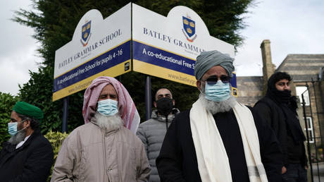 People gather outside the gates of Batley Grammar School, after a teacher was suspended for showing an image of the Prophet Muhammad in class, on March 26, 2021 in Batley, England. © Getty Images / Christopher Furlong