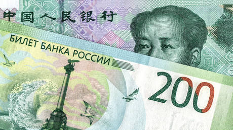 Chinese yuan banknote and russian rouble. © Getty Images / blinow61