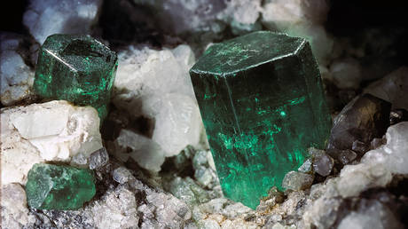 Silicate mineral, beryl. Be3Al2(SiO3)6. Strunz classification 9.CJ.05 © Getty Images / Paul Starost