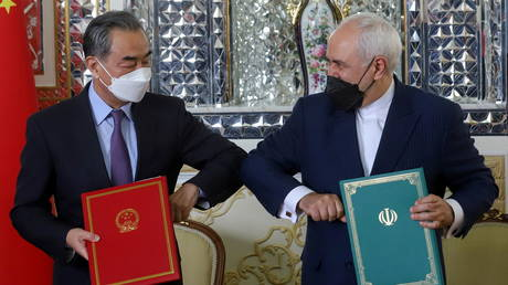 Iran's Foreign Minister Mohammad Javad Zarif and China's Foreign Minister Wang Yi bump. ©Majid Asgaripour/WANA via REUTERS