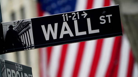 FILE PHOTO: A Wall Street sign outside the New York Stock Exchange © Reuters / Carlo Allegri