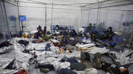 Des migrants entassés à l'intérieur du centre de détention des douanes et de la protection des frontières des États-Unis à Donna, au Texas, le 30 mars 2021.
