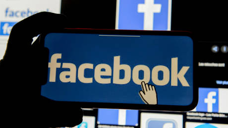 FILE PHOTO: The Facebook logo is displayed on a mobile phone in this picture illustration taken December 2, 2019. © Reuters / Johanna Geron