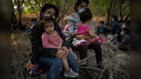 PHOTO DE DOSSIER: Des femmes migrantes du Honduras sont montrées en train de tenir leurs enfants après avoir traversé le fleuve Rio Grande sur des radeaux pour se rendre aux États-Unis le 26 mars.
