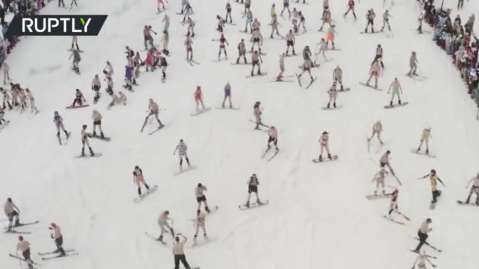 1,700 bikini-clad snowboarders & skiers hit Siberian slopes to close season in style (VIDEO)
