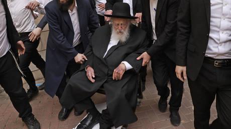 Rabbi Chaim Kanievsky arrives on a wheelchair to vote in the legislative election. © AFP / Menahem Kahana