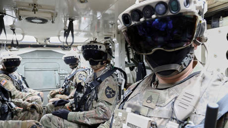 Soldiers wearing the Integrated Visual Augmentation System while mounted in a Stryker vehicle in Joint Base Lewis-McCord, Washignton, February 2021 © US Army / Courtney Bacon