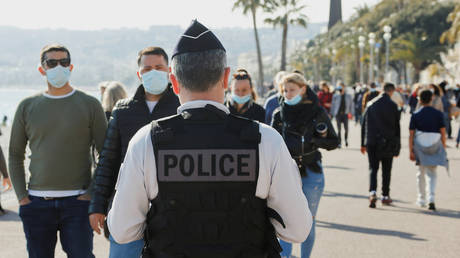 A french police officer patrols on the Promenade des Anglais during the third lockdown imposed to slow the rate of the coronavirus disease (Covid-19) contagion, in Nice, France, (FILE PHOTO) © REUTERS/ Eric Gaillard