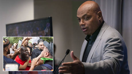 Philadelphia 76ers great Charles Barkley speaks at the podium in a ceremony at the Philadelphia 76ers Training Complex. © REUTERS / USA TODAY Sports; (inset) Antifa and counter protestors to a far-right rally argue during the Unite the Right 2 Rally. © AFP / ZACH GIBSON