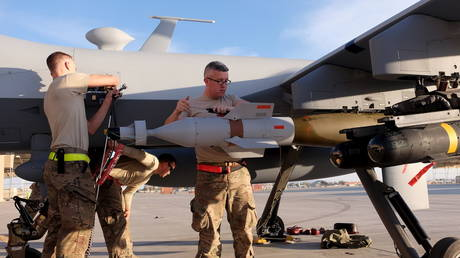 US Air Force ground crew secure weapons of an MQ-9 Reaper drone at Kandahar Airfield, Afghanistan. ©REUTERS / Josh Smith