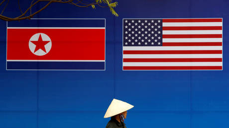 A banner showing North Korean and U.S. flags ahead of the North Korea-US summit in Hanoi in 2019. © Reuters / Kim Kyung-Hoon