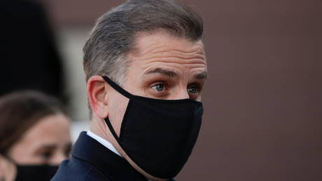 FILE PHOTO: A masked Hunter Biden attends an event at New Castle County Airport in New Castle, Delaware, January 19, 2021 © Reuters / Tom Brenner
