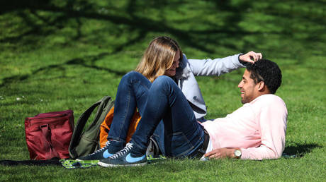A couple seen relaxing in St James' Park as Londoner's take advantage of sunny weather on Easter Sunday. © Getty Images / Brett Cove