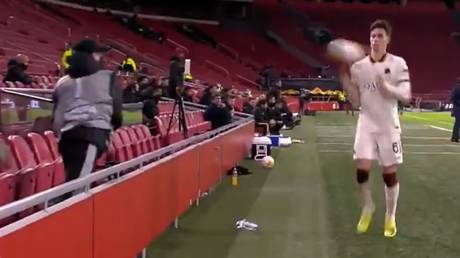 The Ajax ballboy went viral for his no-nonsense approach. © Twitter