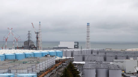 Storage tanks for radioactive water are seen at Tokyo Electric Power Co's (TEPCO) tsunami-crippled Fukushima Daiichi nuclear power plant in Okuma town, Fukushima prefecture, Japan (FILE PHOTO) © REUTERS/Aaron Sheldrick
