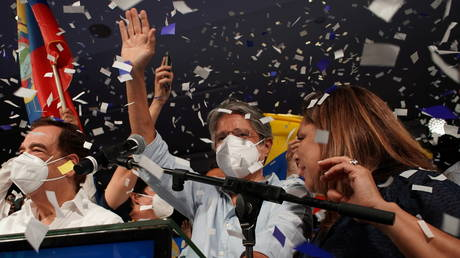 Guillermo Lasso  waves to supporters after winning the presidential runoff vote in Ecuador. ©REUTERS / Maria Fernanda Landin