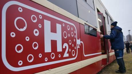 The first Russian hydrogen-powered tram is pictured during a test run in St. Petersburg. © Sputnik / Alexander Galperin