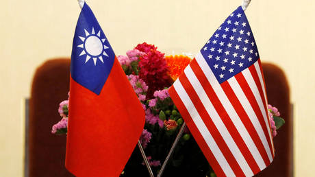 Flags of Taiwan and US (FILE PHOTO) © REUTERS/Tyrone Siu