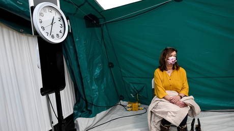 A lady sits in an observation area after receiving AstraZeneca coronavirus disease (COVID-19) vaccine at an HSE (Health Service Executive) vaccination centre outside St. Mary's Hospital, in Phoenix Park in Dublin, Ireland, (FILE PHOTO) © REUTERS/Clodagh Kilcoyne