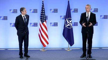 Antony Blinken and Jens Stoltenberg attend a news conference at NATO's headquarters in Brussels. ©Kenzo Tribouillard / Pool via REUTERS