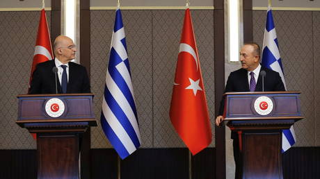Turkish Foreign Minister Mevlut Cavusoglu and his Greek counterpart Nikos Dendias hold a news conference in Ankara. © Reuters / Turkish Foreign Ministry