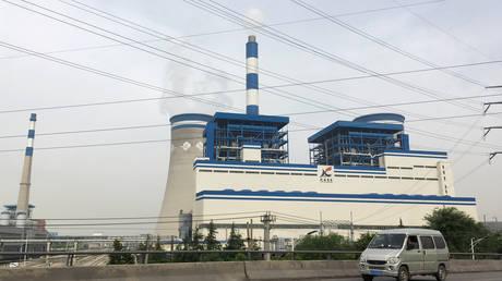 A van travels past a coal-fired power plant of Xuzhou Coal Mining Group in Xuzhou, Jiangsu province, China (FILE PHOTO) © REUTERS/Muyu Xu/File Photo