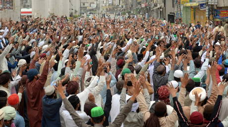 Supporters of the Tehreek-e-Labaik Pakistan (TLP) Islamist political party chant slogans as they protest protest against the arrest of their leader in Lahore, Pakistan (FILE PHOTO) © REUTERS/Stringer