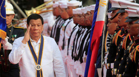 FILE PHOTO: Philippine President Rodrigo Duterte salutes while passing the honour guards of the Philippine Navy, May 22, 2018 © REUTERS/Romeo Ranoco
