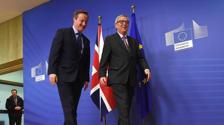British Prime Minister David Cameron (l) is welcomed by European Commission president Jean-Claude Juncker prior to a meeting at the European Commission in Brussels, on January 29, 2016.