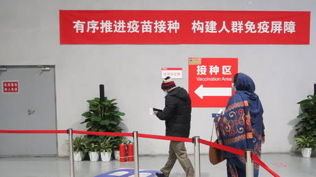 People arrive to get a vaccine against the coronavirus disease (Covid-19) at a vaccination center, during a government-organized visit, in Beijing, China, (FILE PHOTO) © REUTERS/Thomas Peter