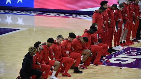 NCAA players kneel during the national anthem © REUTERS / Quinn Harris