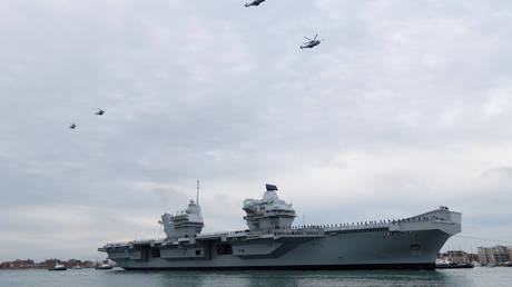 Helicopters fly over the Royal Navy's new aircraft carrier HMS Queen Elizabeth, as it arrives in Portsmouth, Britain (FILE PHOTO) © REUTERS/Peter Nicholls