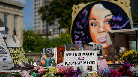 FILE PHOTO: A memorial for Breonna Taylor in Louisville, Kentucky on September 10, 2020 © REUTERS/Bryan Woolston