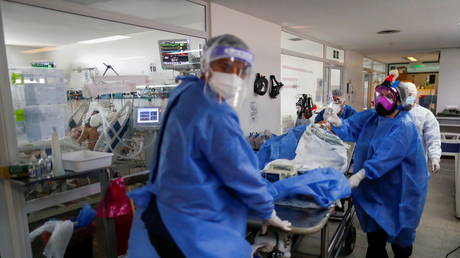 Healthcare workers move a patient suffering from the coronavirus disease (Covid-19), on a stretcher in an intensive care unit of a hospital on the outskirts of Buenos Aires, Argentina (FILE PHOTO) © REUTERS/Agustin Marcarian