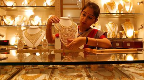 FILE PHOTO: A jewelry showroom in Kolkata, India  © Reuters / Rupak De Chowdhuri