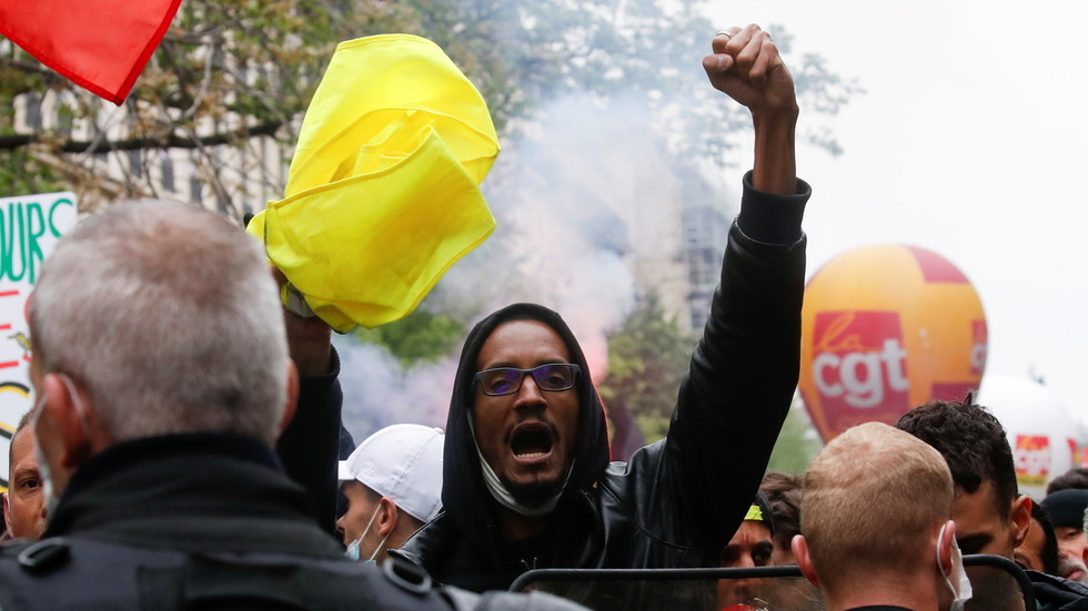 May Day mayhem: Protesters and riot cops battle in the streets of Lyon (VIDEOS)