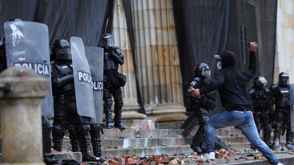 Colombian police deploy tear gas & water cannons to repel assault on parliament building amid anti-government protests (VIDEOS)