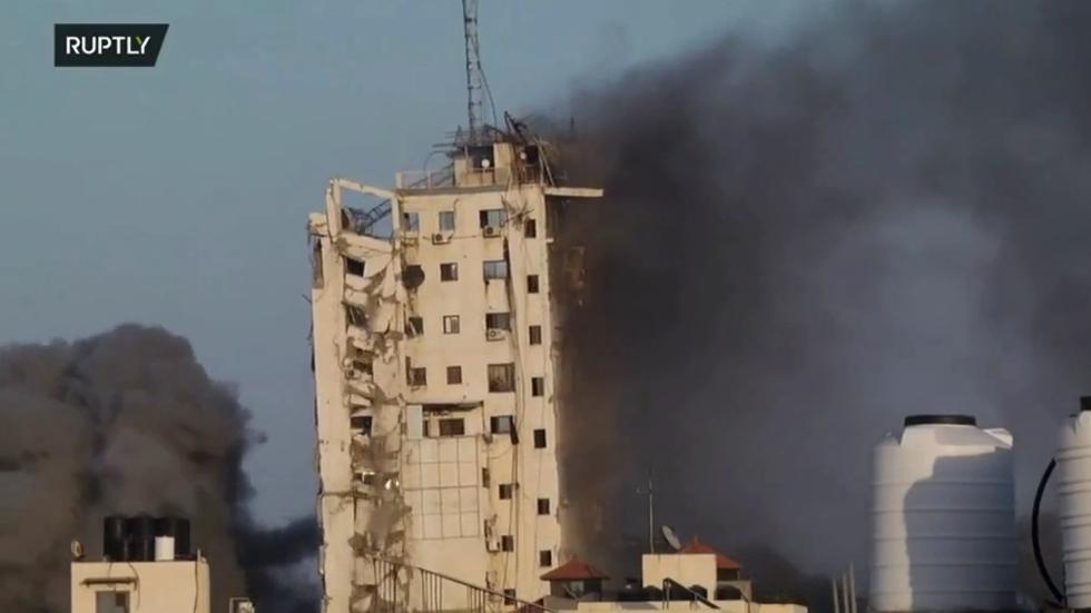 Nach israelischem Raketeneinschlag kollabiert das Al-Shourouk-Hochhaus in Gaza (VIDEO)