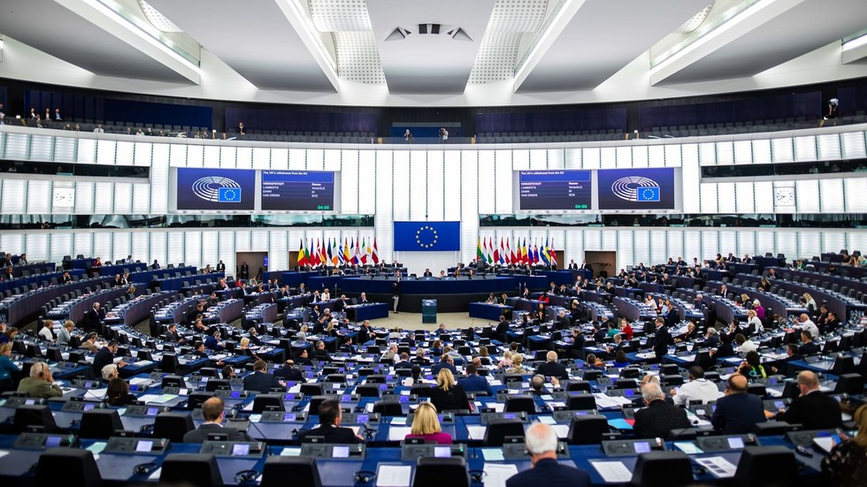 Parlamentsbericht der EU fordert Regimewechsel in Russland und empfiehlt Brüssel, einen Propaganda-Fernsehsender zu starten, um dies zu unterstützen