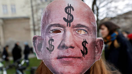 FILE PHOTO: A mask depicting Amazon founder Jeff Bezos © Reuters / Michele Tantussi