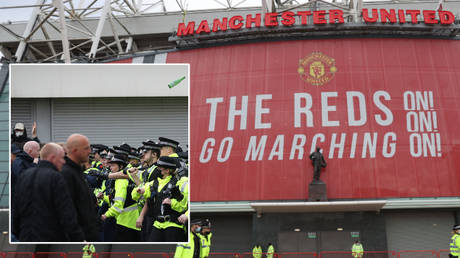 Police and fans clashed ahead of Manchester United's postponed game at home to Liverpool © Carl Recine / Reuters
