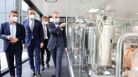 Production manager for vaccines Christian Mangels shows German Health Minister Jens Spahn around the Allergopharma plant in Reinbek near Hamburg, Germany, (FILE PHOTO) © as the they started the Pfizer/BioNTech Covid-19 vaccine production. Christian Charisius/Pool via REUTERS
