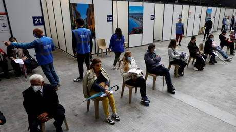 FILE PHOTO: People wait to be given a Covid-19 vaccine in Nice, France, April 29, 2021. © Eric Gaillard / Reuters